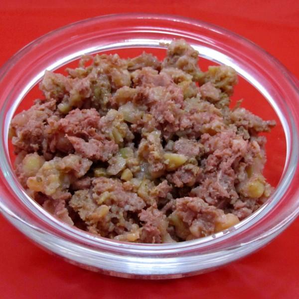 Pferdefleisch mit Kartoffeln als Hundefutter in Schale